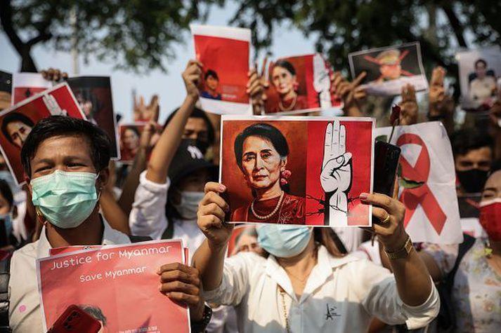 Mótmælendur hafa krafist þess að Aung San Suu Kyi verði látin laus.