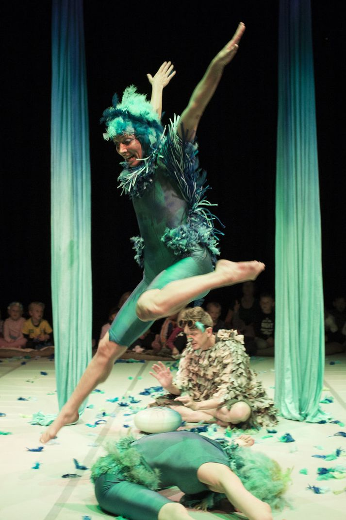 Úr dans- og sirkusverkinu Fjaðrafok sem er samvinnuverkefni Tinnu Grétarsdóttur og sviðslistahóps og írska sirkushópsins Fidget Feet.