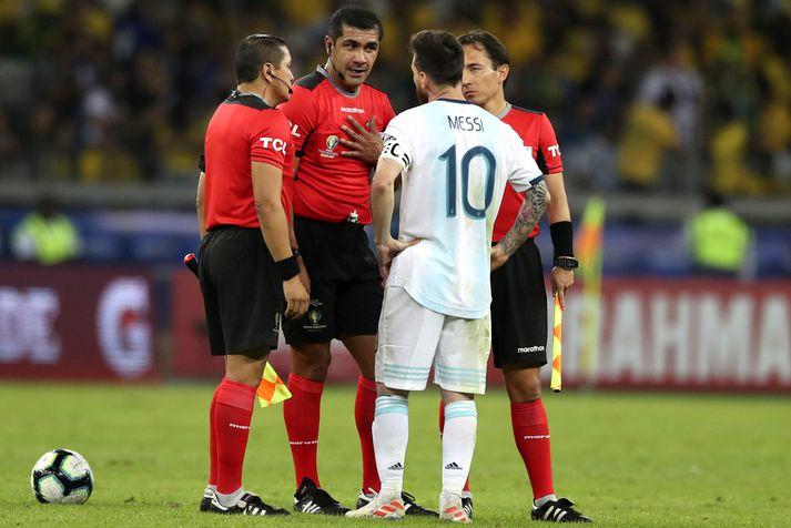 Lionel Messi reynir að tala við ekvadorska dómarann og aðstoðarmenn hans.