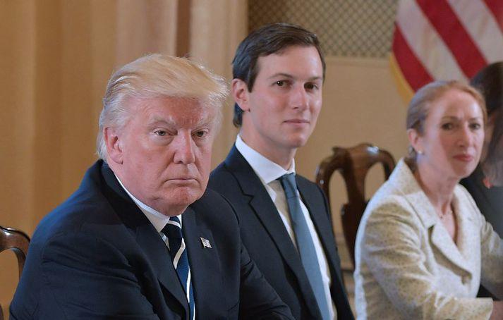 Donald Trump telur Robert Mueller vanhæfan til að sinna rannsókninni meðal annars vegna málsóknar gegn Jared Kushner, sem sést hér forsetanum á vinstri hönd.