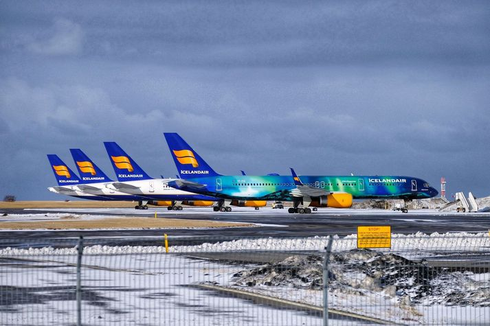 Flugvélafloti Icelandair er meira og minna allur á jörðu niðri þessa dagana og líkur á miklum samdrætti í flugáætlun félagsins í sumar.