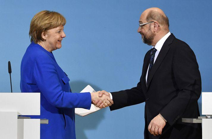 Merkel og Schulz tókust í hendur á blaðamannafundinum.