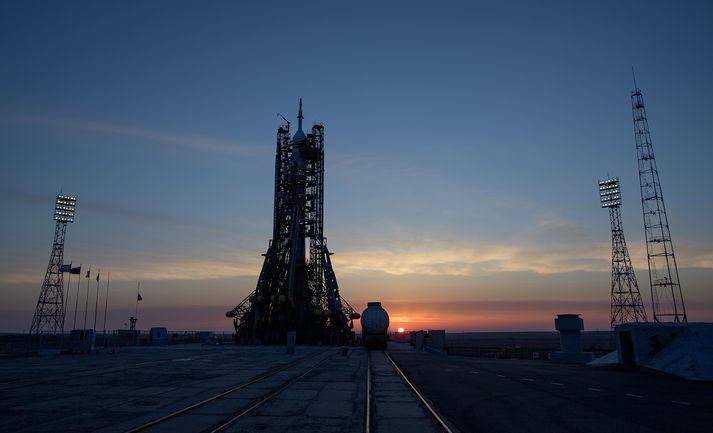 Soyuz eldflaugin á skotpallinum í Baikonour í Kasakstan.