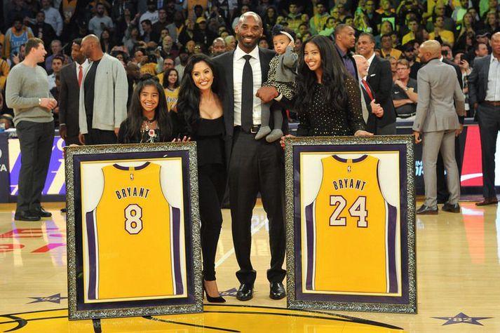 Kobe Bryant og fjölskylda hans þegar Los Angeles Lakers hengdi tvær treyjur hans upp í rjáfur á Staples Center. Þarna eru Kobe og Vanessa ekki búin að eignast yngstu dótturina.