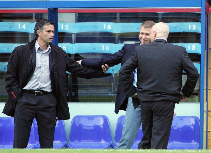 José Mourinho og Roman Abramovich á góðri stundu árið 2004. Peter Kenyon, þáverandi framkvæmdastjóri Chelsea, er að þvælast fyrir.