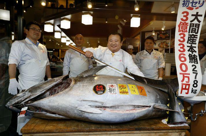 Kiyoshi Kimura með risavaxna og rándýra túnfiskinn sinn.