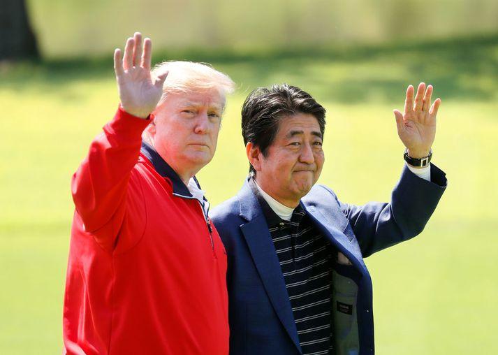 Donald Trump, forseti Bandaríkjanna, og Shinzo Abe, forsætisráðherra Japans, á golfvelli í Japan.