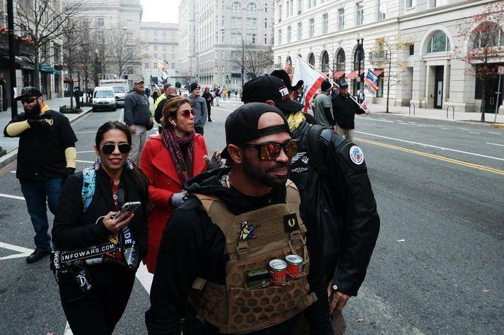 Enrique Tarrio var handtekinn í gær vegna ásakana um að hafa kveikt í Black Lives Matter fána á baráttufundi Proud Boys í Washington DC þann 12. desember.