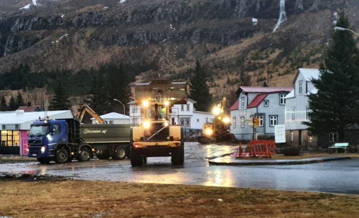 Hreinsun stendur yfir á aurnum sem flæddi yfir hluta byggðarinnar á Seyðisfirði.