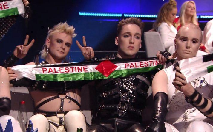 Við stigagjöf í Eurovision veifuðu meðlimir Hatara borðum í fánalitum Palestínu.