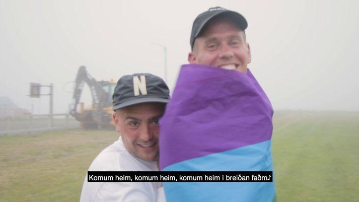 Bræðurnir Frikki Dór og Jón Jónsson bregða á leik í myndbandinu.