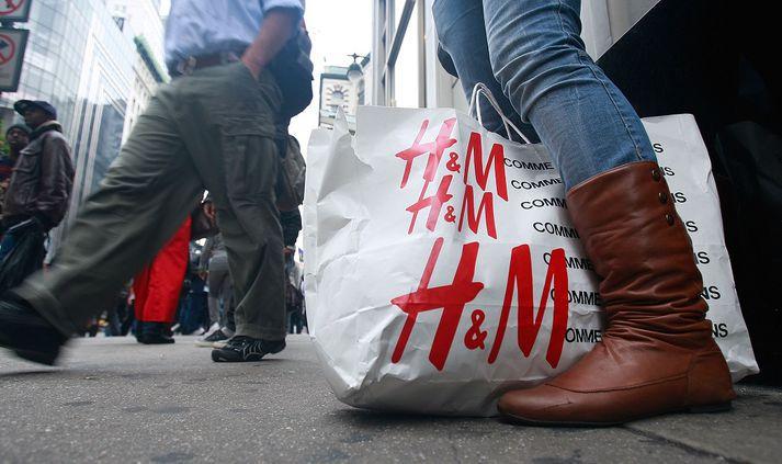 H&M rekur tvær verslanir hér á landi.
