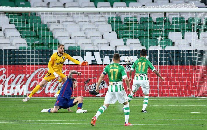 Cristian Tello skorar jöfnunarmark Real Betis gegn Atlético Madrid.