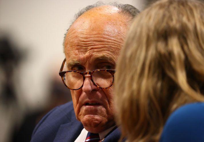 Rudy Giuliani hefur starfað sem lögmaður Donalds Trump síðustu misserin. Hann verður þó ekki í logmannateymi forsetans fyrrverandi þegar öldungadeild Bandaríkjaþings tekur ákæru fulltrúadeildarinnar fyrir á næstu dögum.