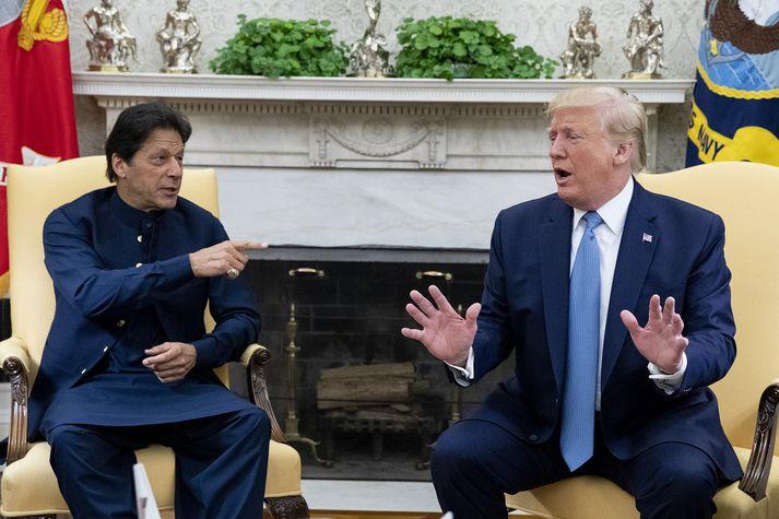 Á fundi með Imran Khan, forsætisráðherra Pakistans, fullyrti Trump að hann gæti unnið stríðið í Afganistan á tíu dögum með því að láta stórum sprengjum rigna yfir landið.