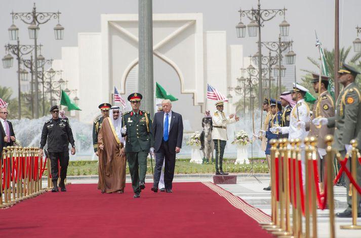 Salman bin Abdul Aziz al-Saud, konungur Sádi-Arabíu (t.v.) og Donald Trump, Bandaríkjaforseti (t.h.) við fyrstu heimsókn þess síðarnefnda til Sádi-Arabíu.