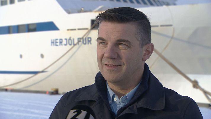 Elliði Vignisson, bæjarstjóri Vestmannaeyja, við Herjólf í Hafnarfirði í dag.