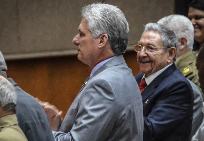 Raúl Castro rennir hýru auga til eftirmanns síns, Miguel Díaz-Canel.