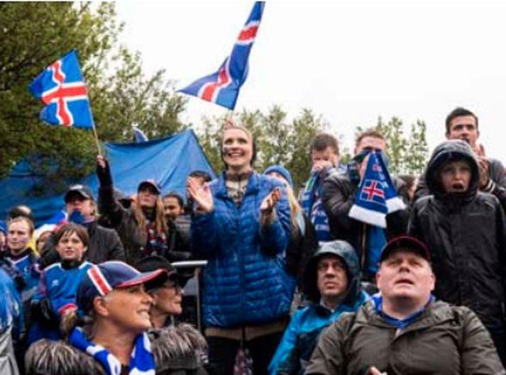 Rigningin spillti ekki gleðinni í Hljómskálagarðinum á laugardaginn þar sem margir horfðu á Ísland gera jafntefli við Argentínu.