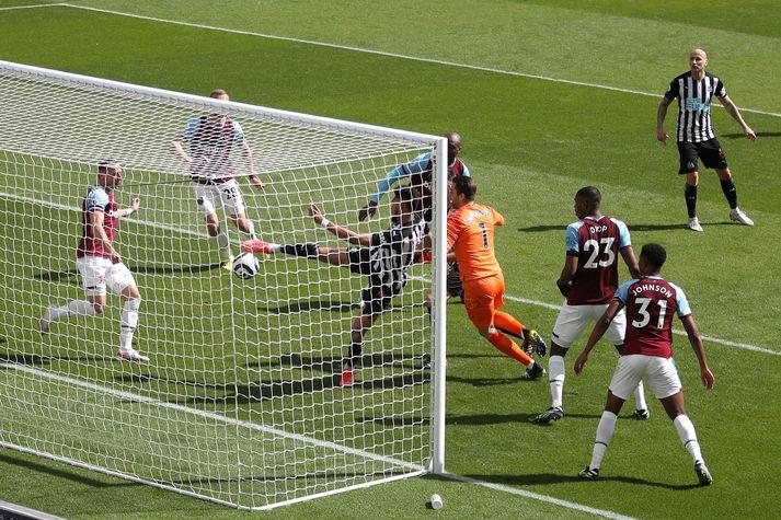 Joelinton skorar annað mark Newcastle eftir skelfileg mistök Lukasz Fabianski í marki West Ham.