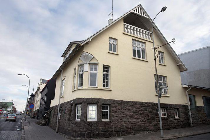 Hverfisgata 12 stendur við horn Ingólfsstrætis og Hverfisgötu. Á miðhæð var Systur að finna og Mikkeller & Friends á efri hæðum.