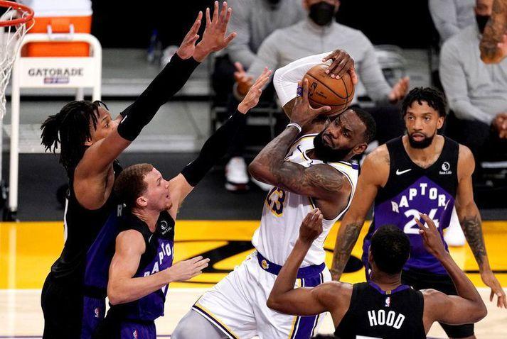 LeBron James í leiknum á móti Toronto Raptors í nótt en hann fór á heimavelli Los Angeles Lakers í Staples Center.