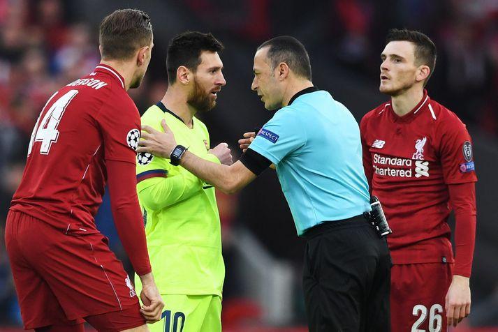 Lionel Messi talar við tyrkneska dómarann Cuneyt Cakir í eftirminnilegum leik á Anfield árið 2019.