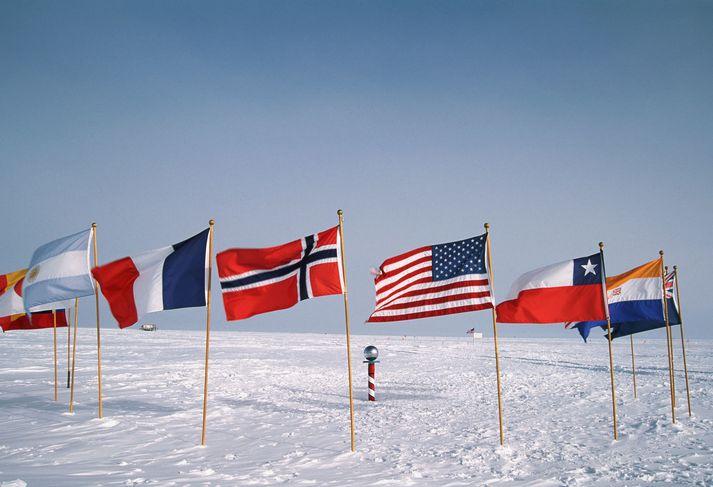 Fáni nokkurra ríkja við suðurpólinn. Bandaríkjamenn hafa stundað hitamælingar þar frá 1957.
