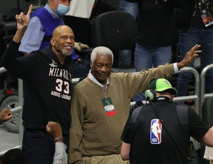 Kareem Abdul-Jabbar og Oscar Robertson veifa til áhorfenda á leik Milwaukee Bucks og Phoenix Suns í Fiserv Forum í nótt.