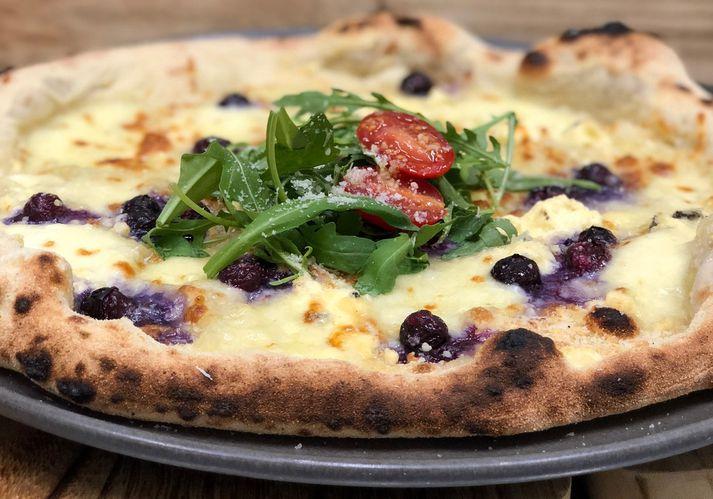 Napólí pizzurnar hans Fernando á Pure Deli eru svakalega girnilegar. Bláber, mozarella, camembert, gráðostur, ruccula og parmesan.