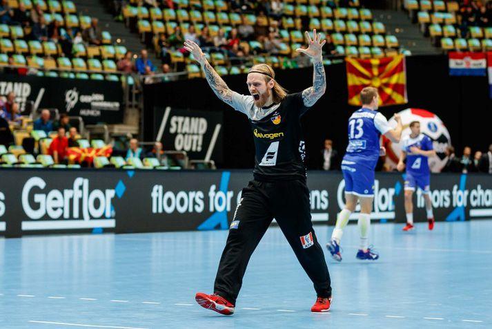 Björgvin Páll Gústavsson fagnar eftir að hafa varið víti á HM 2019.
