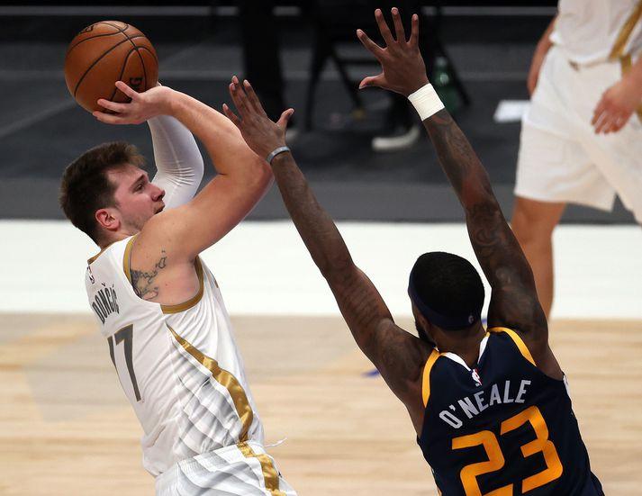 Luka Doncic og félagar í Dallas Mavericks unnu besta lið NBA-deildarinnar, Utah Jazz, á heimavelli í nótt.