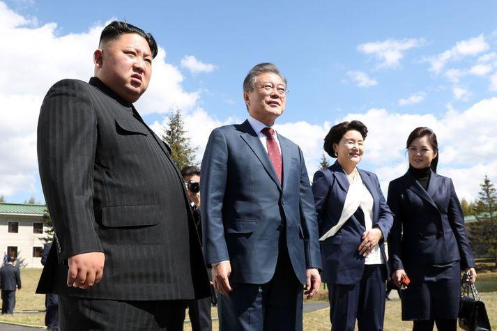 Kim Jong-un, leiðtogi Norður-Kóreu (t.v.) og eiginkona hans Ri Sol Ju (2. t.h.) ásamt Moon Jae-in, forseta Suður-Kóreu (2. t.v.) og eiginkonu hans Kim Jung-sook (t.h).