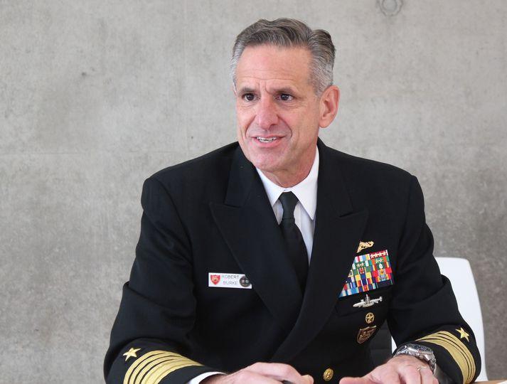 Robert Burke aðmíráll, yfirmaður bandariska flotans í Evrópu og Afríku.