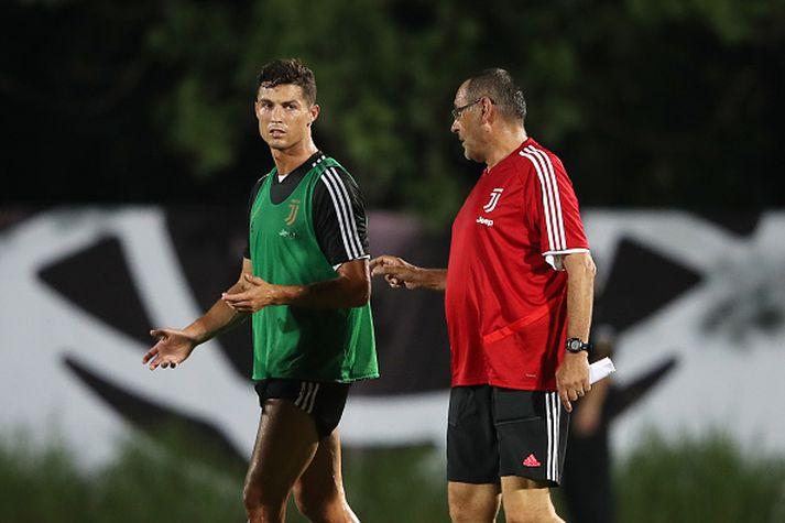 Ronaldo og Sarri ræða saman.