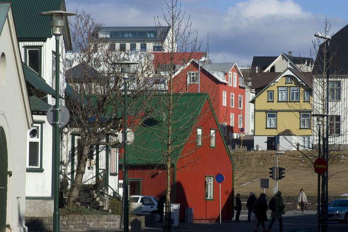Greinarhöfundur virðist mjög hrifinn af bárujárnshúsunum í Reykjavík.