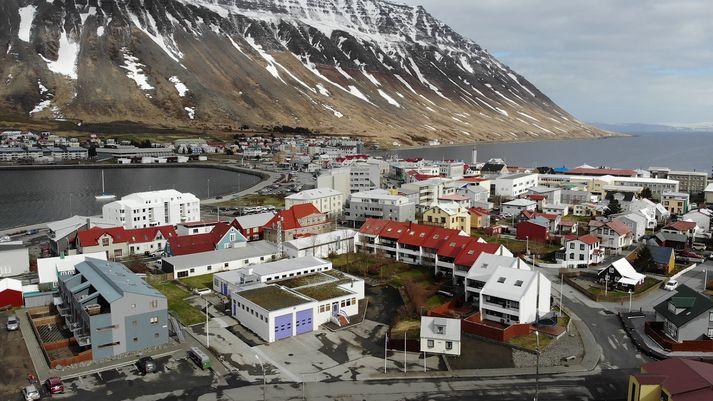 Snjóflóðið féll í hlíðinni sem sést á þessari mynd.