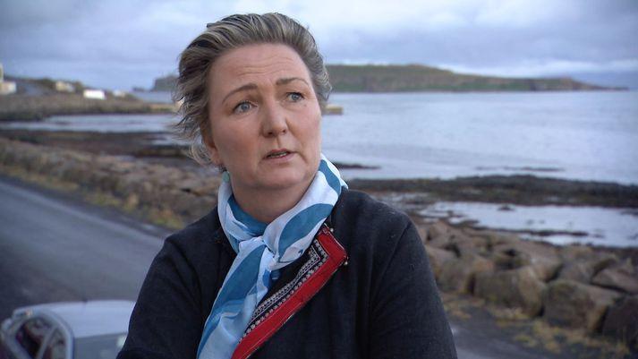 Elín Agla Briem, hafnarstjóri Árneshrepps og þjóðmenningarbóndi, í viðtali á Drangsnesi þar sem dóttir hennar sækir skóla í vetur.