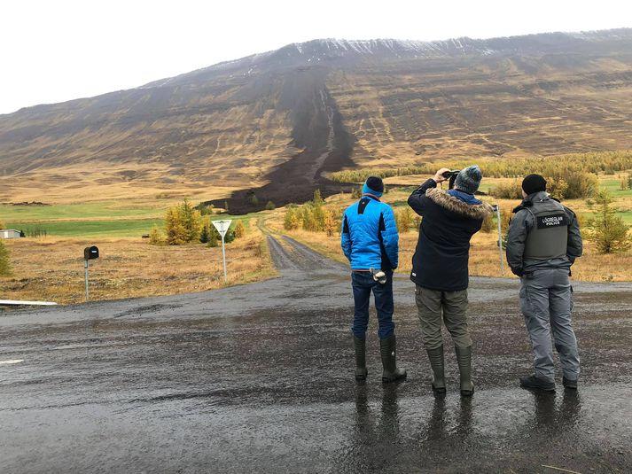 Aurskriðan stöðvaðist við bæjarhól skammt frá íbúðarhúsinu á Gilsá II. Sérfræðingar Veðurstofunnar mættu á vettvang til að meta umfang aurskriðunnar.