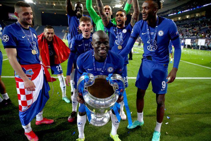 N'Golo Kante með Meistaradeildarbikarinn eftir sigur Chelsea á dögunum.