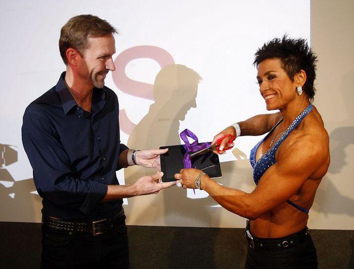 Jóna Lovísa Jónsdóttir, prestur á Akureyri og fitnessmeistari, opnaði vef WOW Air og blessaði fyrirtækið á blaðamannafundi í nóvember 2011