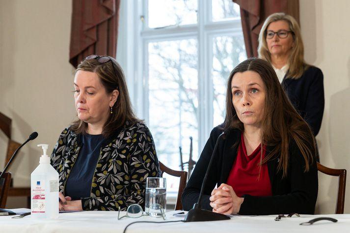 Svandís Svavarsdóttir heilbrigðisráðherra og Katrín Jakobsdóttir forsætisráðherra. Í baksýn er Alma Möller landlæknir.