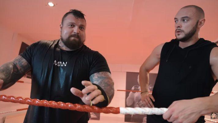 Eddie og æfingafélaginn í boxhringnum um helgina.