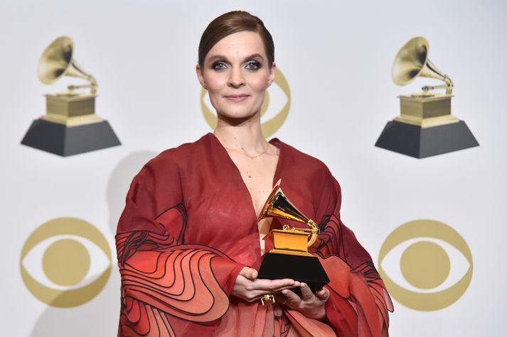 Hildur Guðnadóttir komin með Grammy-styttuna í hendurnar.