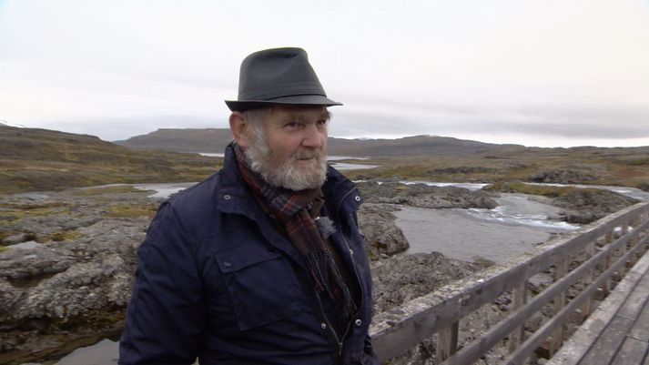 Pétur Guðmundsson, bóndi í Ófeigsfirði, á göngubrúnni yfir Hvalá.
