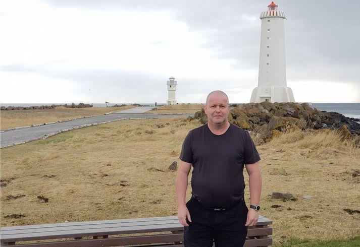 Hilmar Sigvaldason við vitana á Breið.