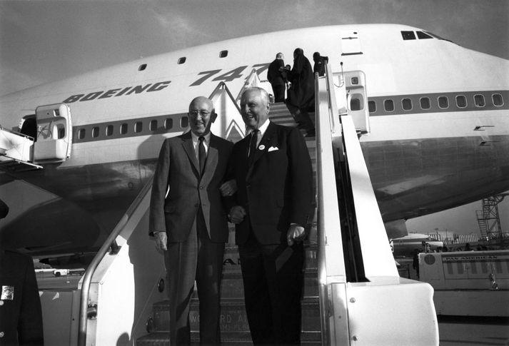 Fyrsta eintak Boeing 747 kom út úr verksmiðjunni þann 30. september árið 1968. Stjórnarformaður Boeing, Bill Allen, og forstjóri Pan Am, Juan Trippe, í stiganum en Pan Am hvatti Boeing til að framleiða tvöfalt stærri farþegaþotu en áður hafði þekkst.