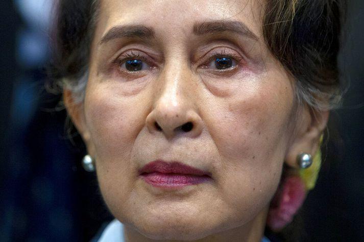 Aung San Suu Kyi var leidd fyrir dómara í morgun. Herforingjastjórnin sakar hana um ýmsa glæpi, allt frá því að brjóta sóttvarnareglur til þess að flytja inn talstöðvar fyrir lífverði sína.