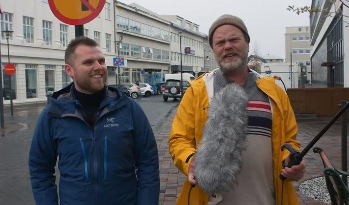 Sævar Helgi og Rainn Wilson rölta eftir Tryggvagötunni og spjalla um loftslagsmál.