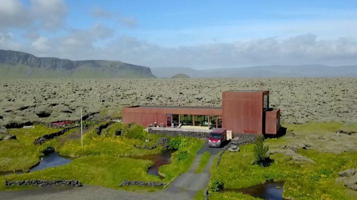 Nýja íbúðarhúsið að Hraunbóli. Orustuhóll sést beint fyrir ofan húsið.